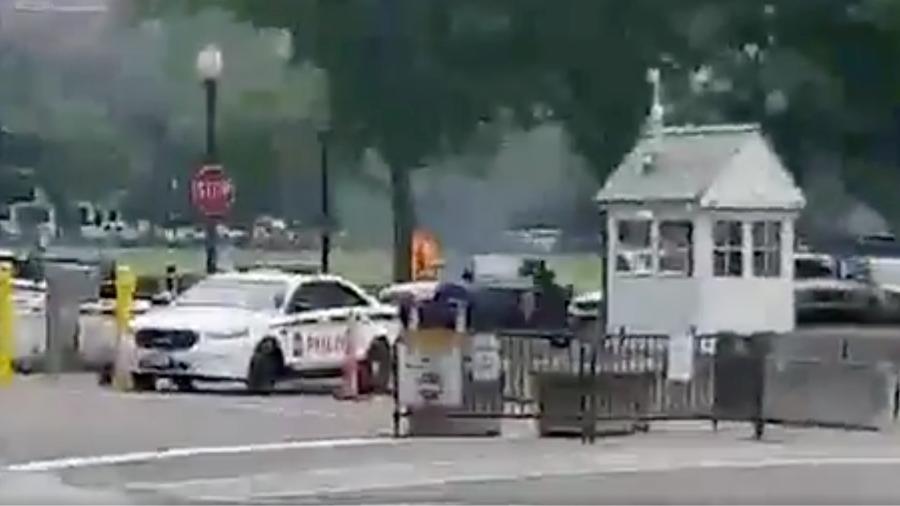 Imagens mostram corpo de homem em chamas próximo da Casa Branca, nos EUA - KRISJAN BERZINS/Via Reuters