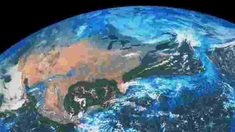 Os entrevistadores descobriram que o YouTube sugeriu vídeos sobre a teoria da Terra plana depois de as pessoas assistirem a vídeos com teorias conspiratórias sobre outros assuntos - EARTH SATELLITE CORPORATION/SCIENCE PHOTO LIBRARY
