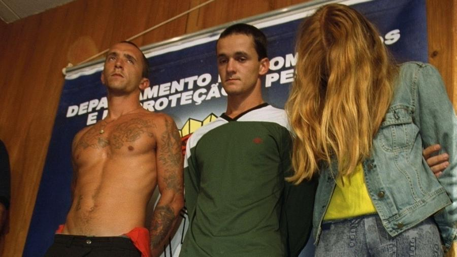 Os irmãos Cristian e Daniel Cravinhos de Paula e Silva e a estudante Suzane Louise von Richthofen ao serem detidos, em 2002 - Luciana Cavalcanti/Folhapress