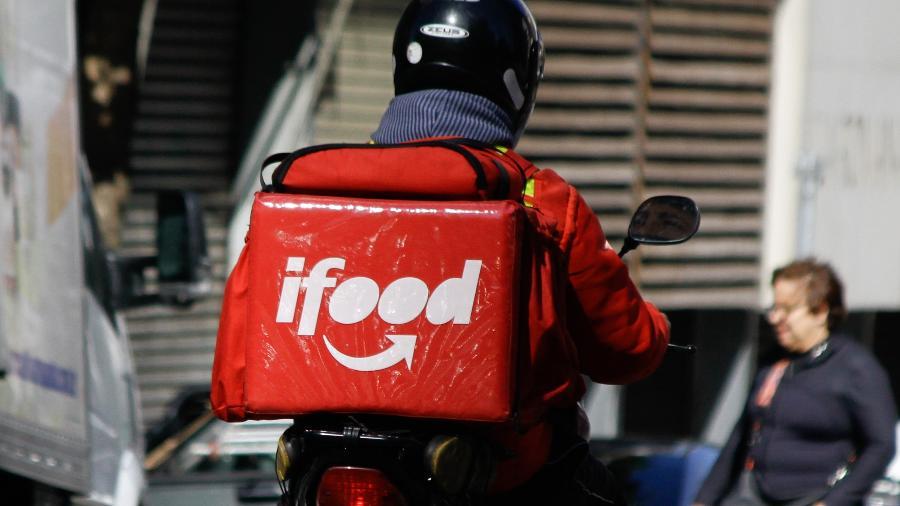 Motociclista do iFood, app de entrega de comida, andando pela região central de São Paulo - Fábio Vieira/FotoRua