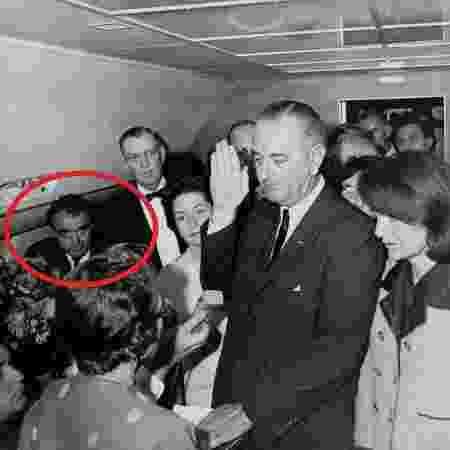 Jack Valenti na famosa foto da posse de Lyndon Jhonson a bordo do Air Force One - reprodução