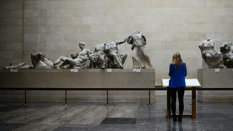Mulher observa esculturas originais do Partenon no Museu Britânico, em Londres - Dylan Martinez