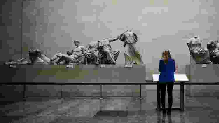 Mulher observa esculturas originais do Partenon no Museu Britânico, em Londres - Dylan Martinez - Dylan Martinez