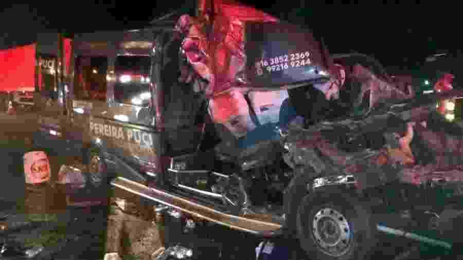 22.fev.2020 - Acidente envolvendo van e carreta deixa dois mortos na Rodovia Anhanguera, em Americana, São Paulo - Corpo de Bombeiros / Divulgação