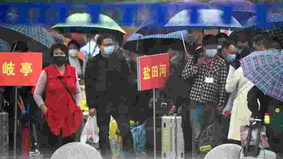25/03/2020 - Chineses usando máscara em Macheng, em Hubei - Noel Celis / AFP