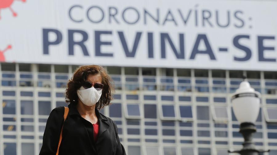 Pessoas usam máscara de proteção como medida de combate a disseminação do novo coronavírus (covid-19), na região central de São Paulo - Nelson Antoine/Estadão Conteúdo