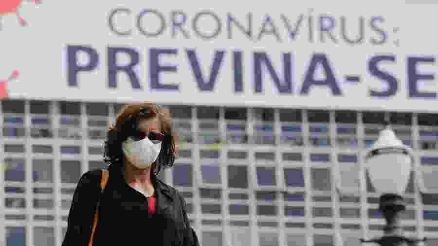 15/04/2020 - Pessoas usam máscara de proteção como medida de combate a disseminação do novo coronavírus (covid-19), na região central de São Paulo - Nelson Antoine/Estadão Conteúdo