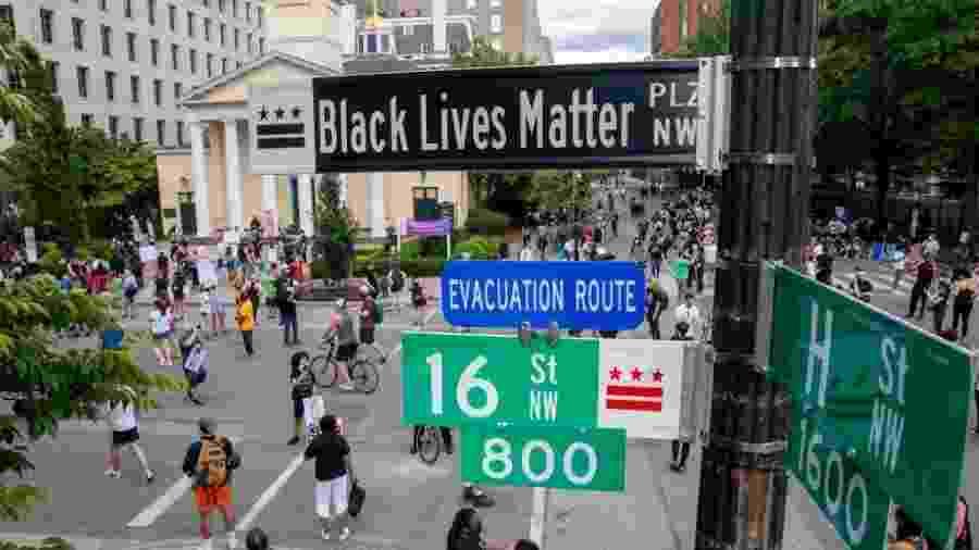 """Prefeita de Washington, DC, renomeou uma rua em frente à Casa Branca como """"Black Lives Matter"""" (Vidas Negras Importam, em tradução livre) - Tasos Katopodis/Getty Images"""