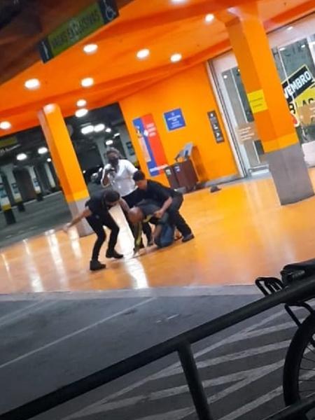 Homem negro é espancado e morto por seguranças do Carrefour no RS