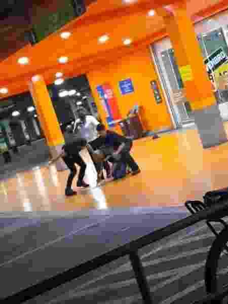 Homem aparece sendo espancado por seguranças do Carrefour no RS - Reprodução/Twitter