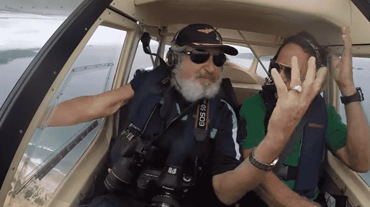 Momento em que iPhone 6S caiu de avião das mãos do documentarista Ernesto Galiotto - Reprodução - Reprodução