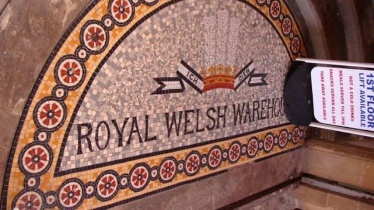O Royal Welsh Warehouse tem detalhes que comemoram o sucesso da Rainha Victoria e Pryce Jones em exposições - PENNY MAYES/GEOGRAPH - PENNY MAYES/GEOGRAPH