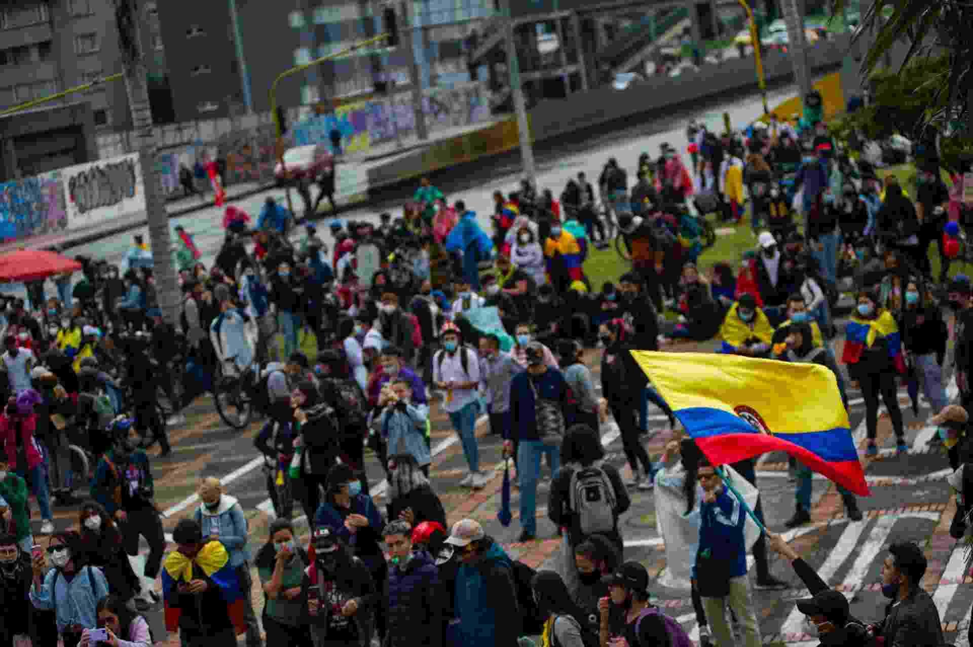 3 mai. 2021 - Em Bogotá, na Colômbia, manifestantes caminham em protesto contra a reforma tributária e o governo de Iván Duque - Sebastian Barros/NurPhoto via Getty Images
