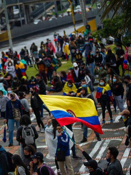 Em Bogotá, na Colômbia, manifestantes caminham em protesto contra a reforma tributária e o governo de Iván Duque - Sebastian Barros/NurPhoto via Getty Images