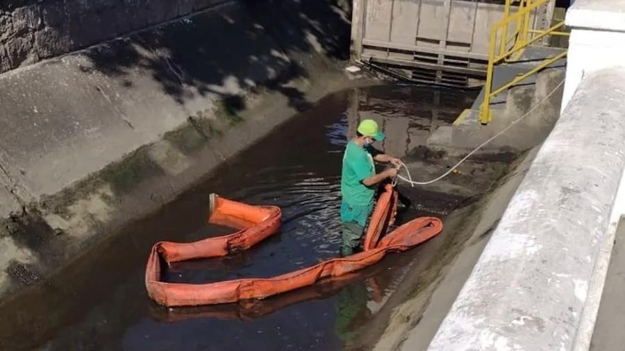 Cerca de dois mil litros de óleo diesel vazaram do gerador de um hipermercado da rede Carrefour e caíram em um canal que drena para o mar em Santos, no litoral de São Paulo - Divulgação/Prefeitura de Santos