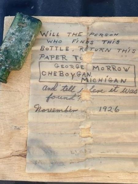 Imagem da mensagem ao lado da garrafa encontrada após 95 anos - Reprodução/Jennifer Dowker / Nautical North Family Adventures