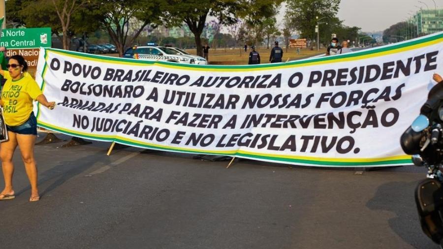 Na véspera do 7/9, manifestantes carregam faixa pedindo que Bolsonaro use Forças Armadas para intervir no Judiciário e Legislativo - Cláudio Marques/Futura Press/Estadão Conteúdo