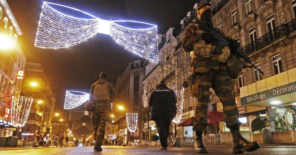 22.nov.2015 - Soldados belgas patrulham o centro de Bruxelas. O premiê belga, Charles Michel, anuncia neste domingo (22) que a capital do país continuará em alerta máximo na segunda-feira (23) por temor de atentados terroristas similares aos ocorridos em Paris