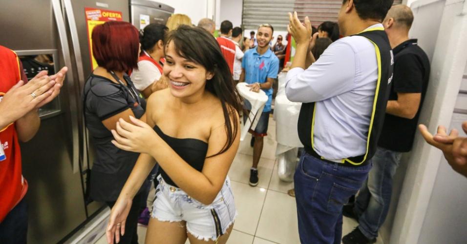8.jan.2016 - Primeiros consumidores a entrarem em loja Magazine Luiza do shopping Aricanduva, em São Paulo, são aplaudidos pelos funcionários. É realizada hoje a liquidação anual da rede que vende principalmente eletrodomésticos, com a promessa de descontos de até 70% em todos os setores