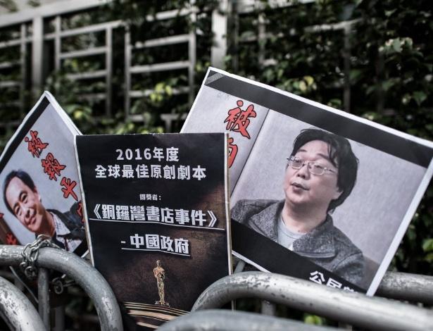 Cartazes mostram o livreiro Lee Bo (à esquerda) e seu parceiro de trabalho Gui Minhai, em manifestação perto de um prédio público em Hong Kong