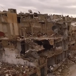 Imagens de drone revelam efeitos devastadores da guerra na cidade síria de Homs