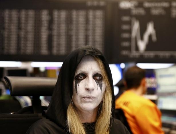 9.fev.2016 - Funcionária da bolsa de valores da Alemanha trabalha fantasiada em comemoração ao Carnaval
