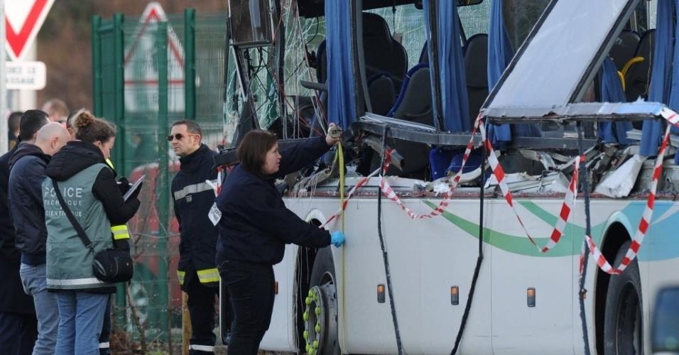 11.fev.2016 - Policiais vistoriam um ônibus escolar que bateu em um caminhão em Charente-Maritime, no oeste da França. Seis adolescentes morreram e outras três pessoas ficaram feridas