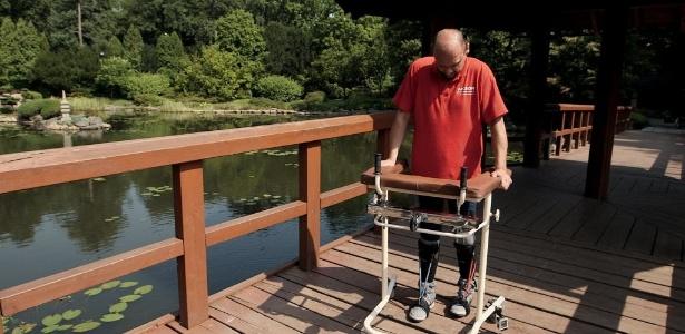 Após ser esfaqueado e ficar paraplégico, Darek Fidyka conseguiu voltar a andar