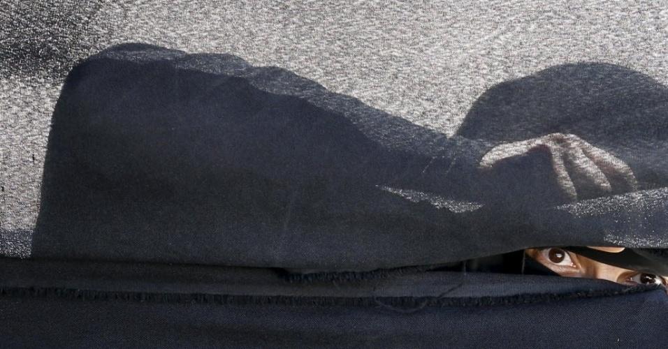 9.mar.2016 - Uma mulher espia em uma tenda o encontro dos rebeldes Houthis para discutir sobre os ataques aéreos sauditas em Saná, capital do Iêmen. Os ataques destruíram o arsenal de mísseis e armas pesadas roubadas pelos houthis e impediram o avanço dos rebeldes. O conflito local coloca os Houthis, aliados do Irã e das unidades do exército leais à Saleh, contra grupos armados que apoiam o presidente exilado Abd-Rabbu Mansour Hadi, junto com a coalizão árabe liderada pela Arábia Saudita. A coalizão está lutando para restaurar Hadi ao poder após a tomada de controle de grande parte do Iêmen pelos Houthi