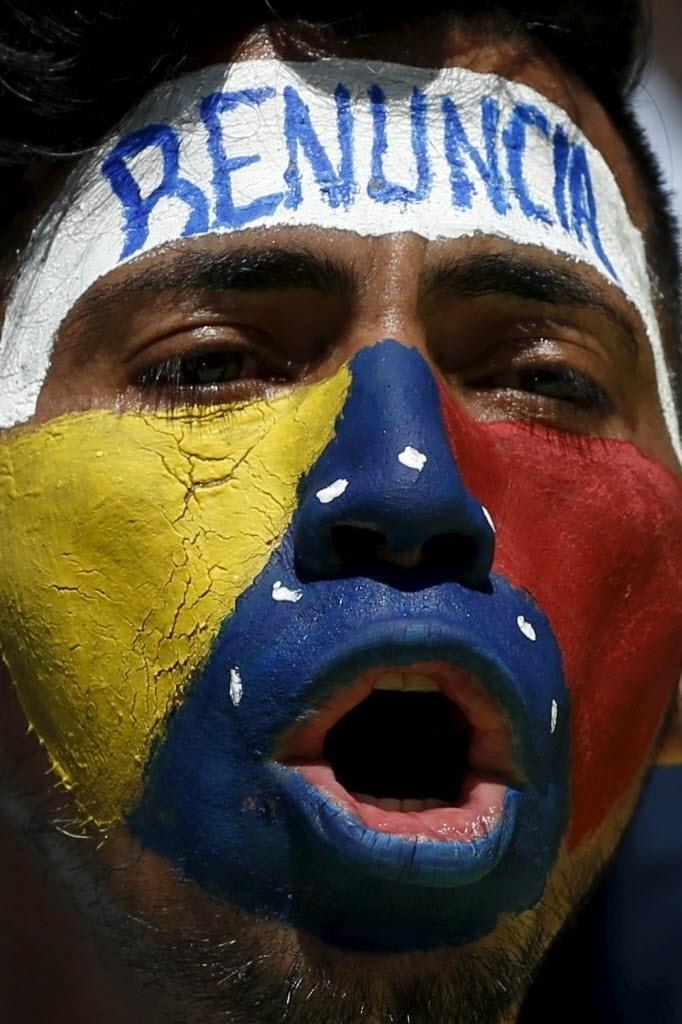 12.mar.2016 - Venezuelano pinta o rosto com as cores da bandeira do seu país e participa de manifestação que pede a renúncia do presidente Nicolás Maduro, neste sábado (12), em Caracas