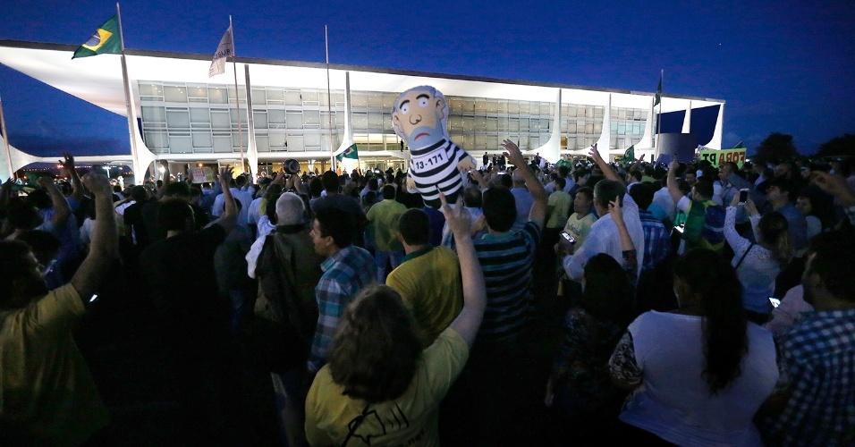 16.mar.2016 - Manifestantes protestam em frente ao Palácio do Planalto, em Brasília, após a nomeação do ex-presidente Luiz Inácio Lula da Silva como ministro da Casa Civil do governo Dilma Rousseff