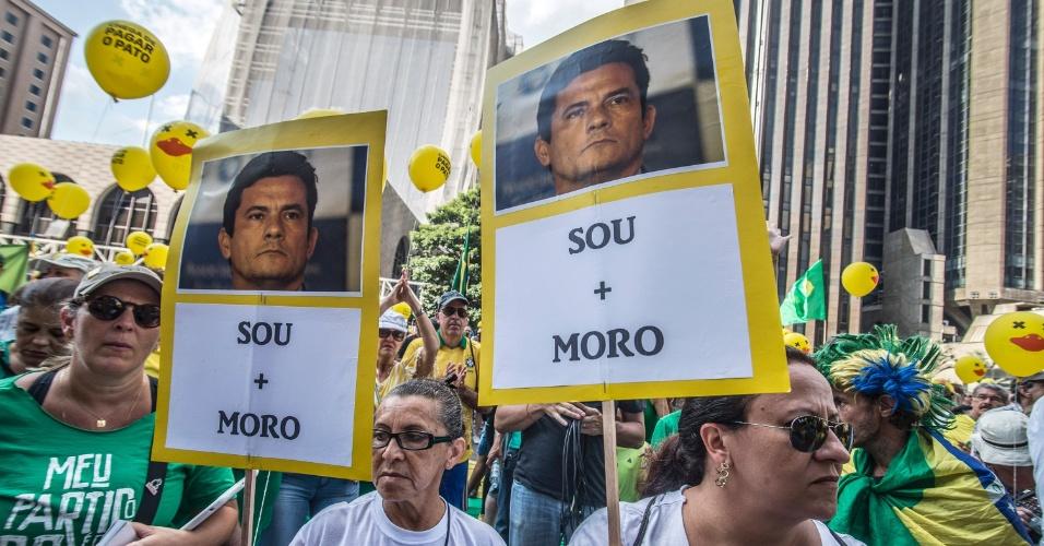 3.abr.2016 - Na avenida Paulista, em São Paulo, manifestantes exaltam a atuação do juiz Sérgio Moro na investigação da Operação Lava Jato. O juiz é acusado de ter cometido abusos durante a apuração
