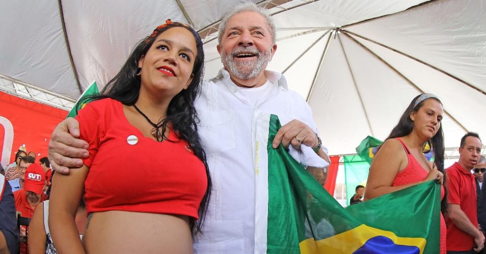 """16.abr.2016 - O ex-presidente Luiz Inácio Lula da Silva participou de um ato com movimentos sociais em Brasília contra o impeachment da presidente Dilma Rousseff. """"É uma guerra"""", afirmou Lula, visivelmente rouco diante de manifestantes, ao comentar sobre o trabalho que vem tendo para conseguir votos contra o impeachment na Câmara"""