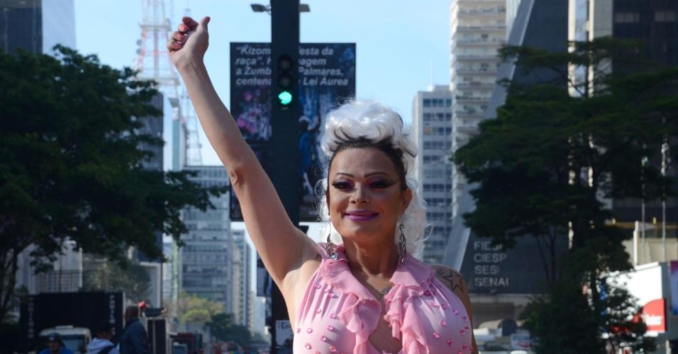 29.mai.2016 - Participantes da 20ª da Parada Gay começam a chegar à avenida Paulista, em São Paulo