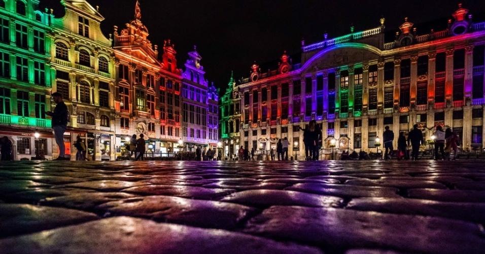 14.jun.2016 - Prédios do Grand Place em Bruxelas são iluminados com as cores da bandeira LGBT em homenagem às vítimas de atentado que deixou 50 mortos na boate Pulse, em Orlando