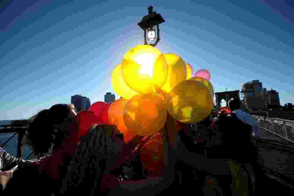 15.jun.2016 - Manifestantes usaram balões coloridos e formaram um arco-íris na ponte de Brooklyn, em Nova York, durante uma homenagem às vítimas do massacre na boate de Orlando - Mike Segar/ Reuters