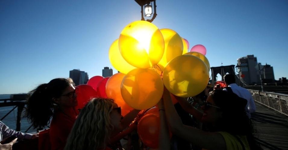 15.jun.2016 - Manifestantes usaram balões coloridos e formaram um arco-íris na ponte de Brooklyn, em Nova York, durante uma homenagem às vítimas do massacre na boate de Orlando
