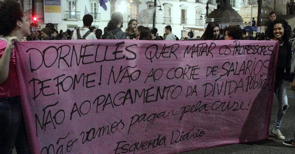 19.jul.2016 -  Professores e secundaristas fazem protesto na Alerj (Assembleia Legislativa do Estado do Rio de Janeiro) contra o atraso dos pagamentos de salários no estado