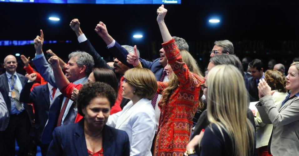 29.ago.2016 - Senadores aliados à presidente afastada, Dilma Rousseff, gritaram palavras de ordem no plenário do Senado Federal, durante sessão do julgamento do impeachment em que Dilma responde a perguntas de senadores, em Brasília. A imagem foi postada pelo senador Randolfe Rodrigues (Rede-AP) no Instagram