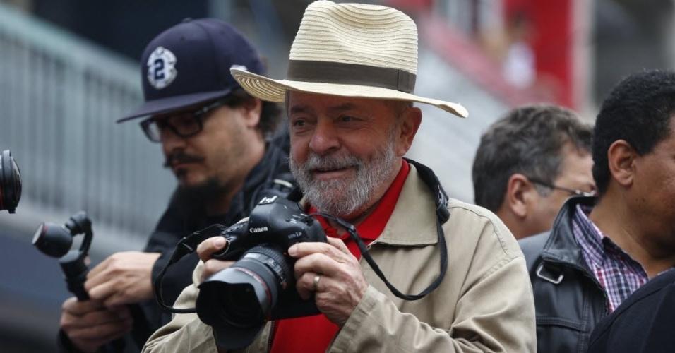 25.set.2016 - Lula faz caminhada de campanha com o prefeito Fernando Haddad no Jardim da Conquista, São Mateus, na zona leste de São Paulo