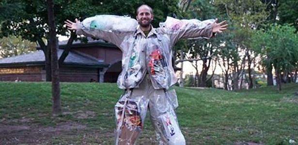 Roupa foi elaborada para caber todo o lixo produzido por Rob Greenfield