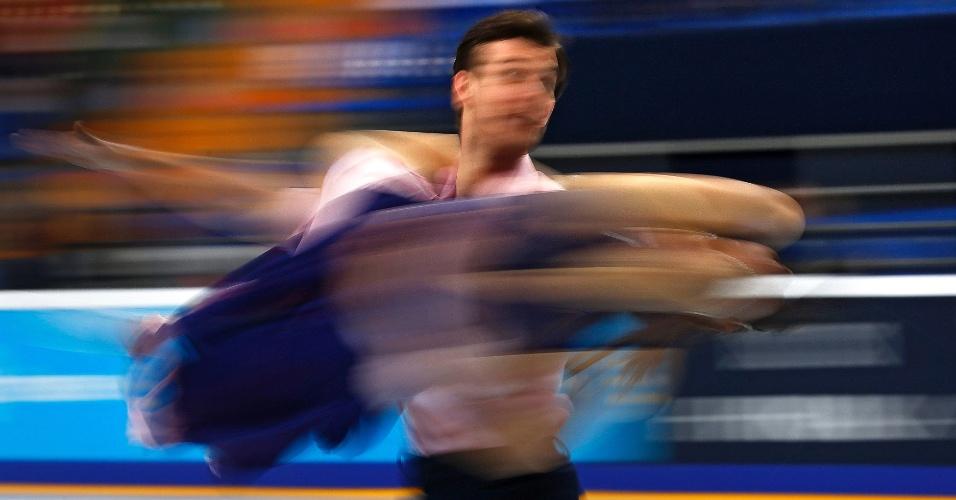 4.nov.2016 - Fotografia tirada com velocidade lenta mostra casal de patinadores, durante apresentação no Grand Prix Rostelecom Cup de Patinação em Moscou (Rússia)