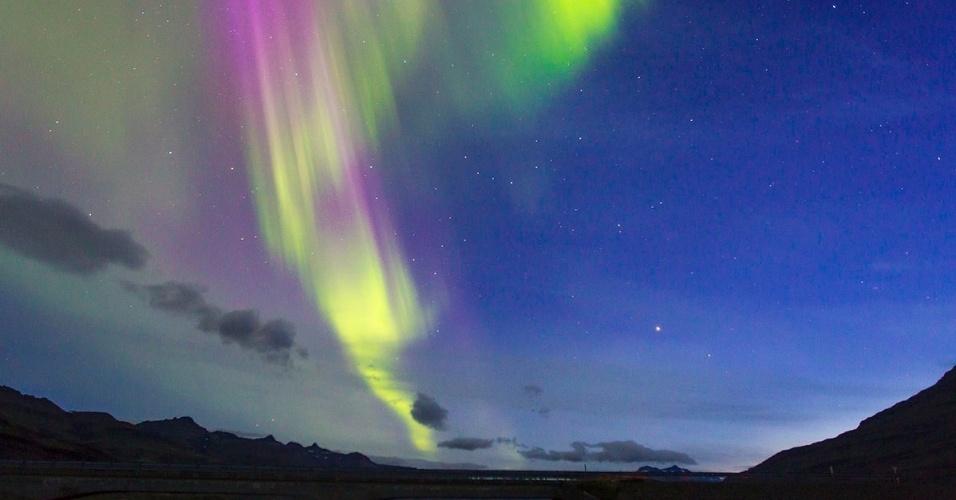Amanhecer na costa sul da Islândia. As auroras que iluminam o céu do Ártico resultam da colisão entre átomos da atmosfera terrestre e partículas carregadas pelo sol