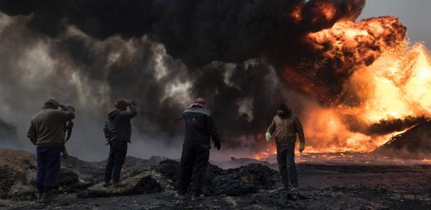 Fumaça cobre região de Qayyara após o Estado Islâmico incendiar postos de petróleo