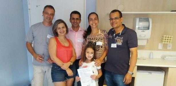 A família de Isabela recebe o comprovante do prêmio de PMs de Santo André