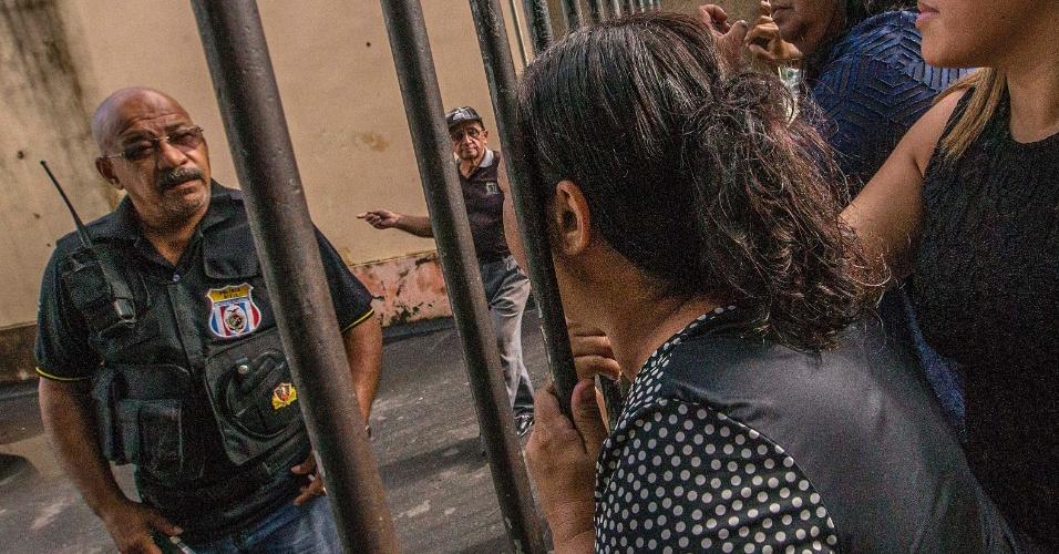 3.jan.2017 - Familiar de preso procura por informações junto a funcionários da Cadeia Pública Raimundo Vidal Pessoal