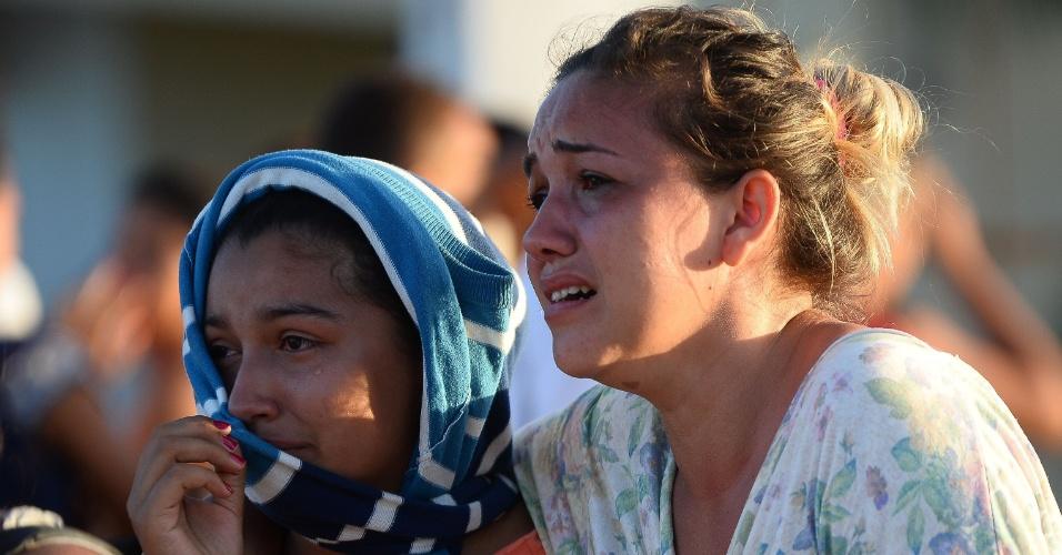 15.jan.2017 - Parentes dos presidiários esperam por notícias do lado de fora do presídio de Alcaçuz, região metropolitana de Natal (RN)