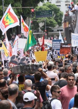 1º.fev.2017 - Servidores protestam em frente à Alerj contra o atraso de salários e o pacote de corte de gastos do governo estadual