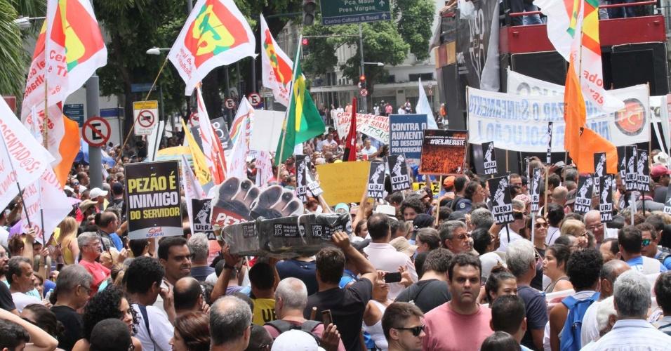 1º.fev.2017 - Servidores do Estado do Rio de Janeiro realizam protesto em frente à Alerj (Assembleia Legislativa do Rio), no centro da capital fluminense. Os servidores protestam contra o atraso de salários e o pacote de corte de gastos do governo estadual
