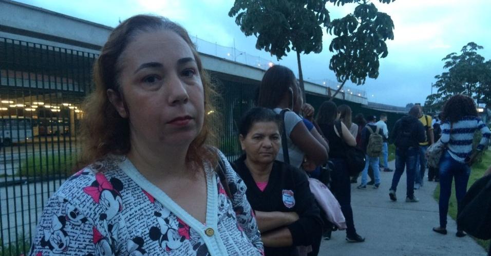 """15.mar.2017 - Para Silvana Moreno, 47, que seguiria de Cruz Sá para o Tatuapé, ambos na zona leste, o fechamento da CPTM foi """"um transtorno e uma frustração"""""""
